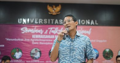 Dengan gaya yang santai dan mengunakan baju batik motif mega mendung buatan anak bangsa Sandiaga Uno menceritakan tentang dunia industri pertanian pada acara Kewirausahaan Nasional ISMPI di Kampus UNAS Pasar Minggu Jakarta Selatan, (10/7).