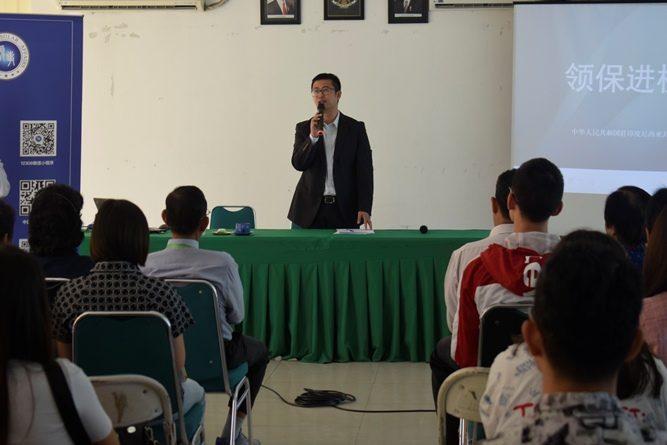 Kepala Bagian Konsuler Kedutaan Besar Republik Rakyat China untuk Indonesia, Sun Liang, sedang memberikan materinya kepada mahasiswa