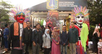 Foto Bersama dosen dan mahasiswa pada kegiatan pengabdian kepada masyarakat di kampung Setu Babakan pada Jumat-Minggu (26-28/4).