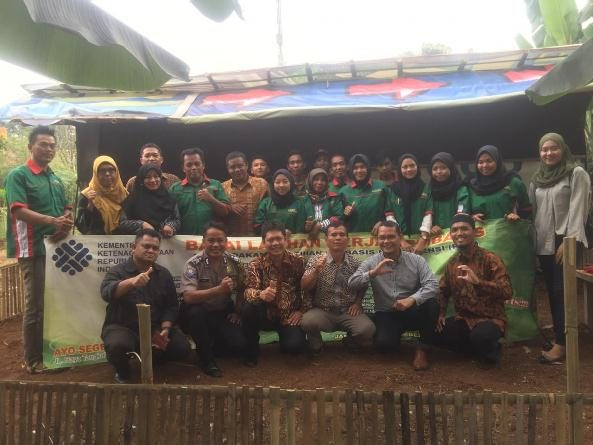 foto bersama mahasiswa dan dosen dalam bimtek Cara Pemeliharaan dan Beternak Bebek di Kelurahan Perigi Tangerang Selatan