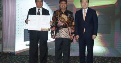 (Kiri-kanan) Ketua Pengurus YMIK, Dr. Ramlan Siregar, M.Si., Menteri Riset, Teknologi dan Pendidikan Tinggi, Prof. Mohamad Nasir, Ph.D., Ak., Prof. Dr. Jan Youn Cho, MPA., CPA. dalam acara Hari Kebangkitan Teknologi Nasional (HAKTEKNAS) ke 24 di Sanur, Bali, Senin (26/8). Pada acara ini, Yayasan Memajukan Ilmu dan Kebudayaan (YMIK) menerima izin prinsip pendirian Universitas Siber Asia dari Menteri Riset, Teknologi dan Pendidikan Tinggi.