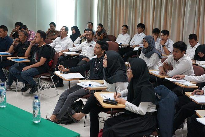 para peserta pelatihan K3 sedang mendengarkan instruktur