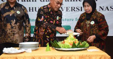 Potong tumpeng perayaan Dies Natalis UNAS ke 70 tahun