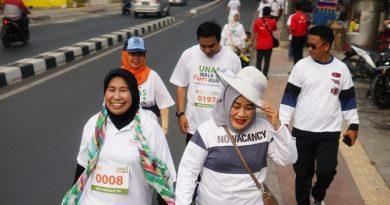 Prof. Dr Ernawati Sinaga mengikuti Fun Walk dalam perayaan Dies Natalis UNAS ke 70.jpg