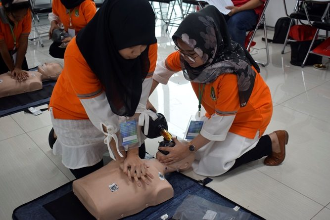 "Pelatihan Comprehensive Emergency Midwifery Training ( CEMT) ""Golden Opportunity For Development of Complementer Midwifery Evidence Based In Industrial Revolution 4.0"" FIKES Prodi Kebidanan"
