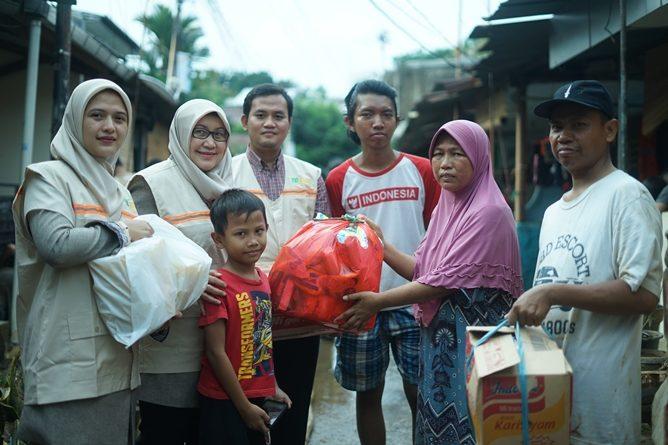 Pemberian bantuan kepada Mahasiswa UNAS