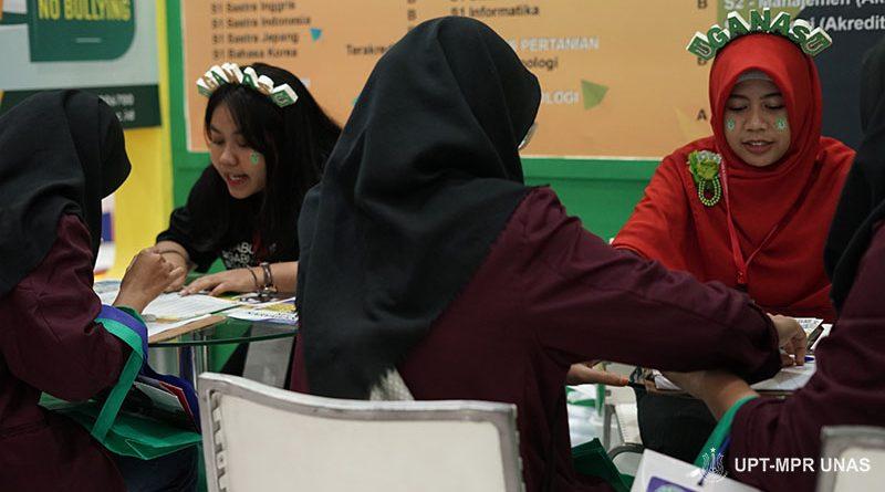 Petugas pameran saat melayani customer di stand UNAS