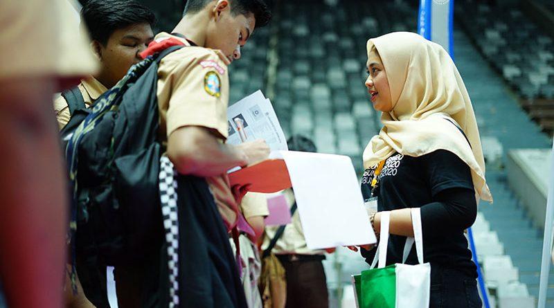petugas pameran saat melayani siswa di Istora Senayan