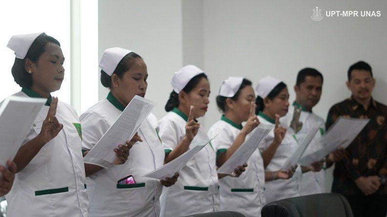 mahasiswa profesi ners sedang mengucap janji kepaniteraan (2)