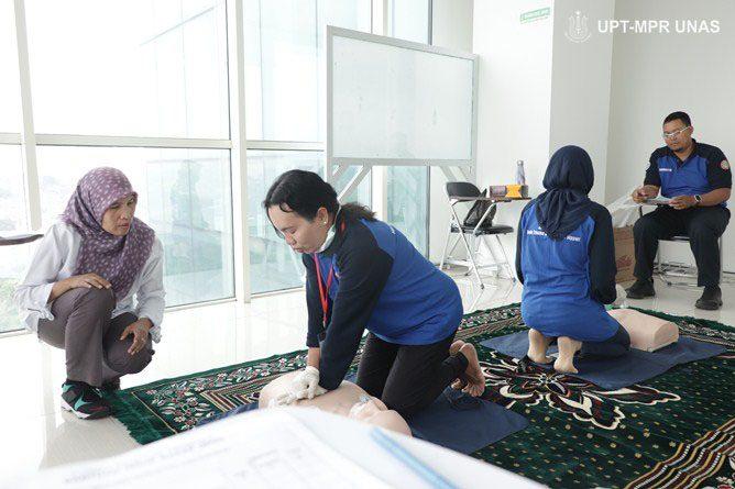 mahasiswa sedang melakukan uji pelatihan kegawatdaruratan