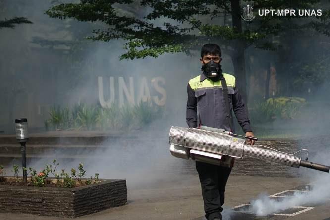 Petugas melakukan fogging di lingkungan universitas nasional sebagai upaya pencegahan Virus Coran dan demam berdarah pada Sabtu (21/3)