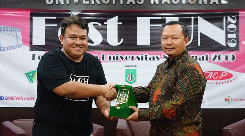 Sekretaris Program Studi Ilmu Komunikasi Nursatyo, S.Sos., M.Si (kanan) memberikan cinderamata kepada Narasumber Dandhy Dwi Laksono (kiri) pada acara cara Fest Fun 2019 (Festival Film Universitas Nasional 2019), di Auditorium blok 1 lantai 4 Unas Senin, 28 Oktober 2019