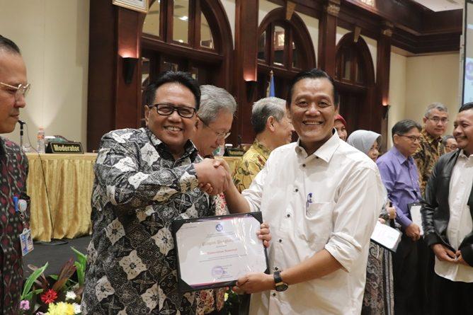 Wakil Rektor Bidang Administrasi Umum, Keuangan, dan SDM Prof. Dr. Drs. Eko Sugiyanto. M.Si (Kiri) menerima penghargaan atas prestasinya mencapai klaster utama pada pemeringkatan perguruan tinggi berbasis kinerja penelitian tahun saat acara Rapat Evaluasi Kinerja Tridharma Perguruan Tinggi Tahun 2019 dan Penyampaian Komitmen Kinerja Tahun 2020 pada hari Senin, 2 Desember 2019 di hotel Bidakara Jakarta