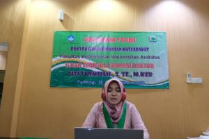 Dr. Siti Syamsiah, S.ST., M.Keb. saat menyampaikan ringkasan disertasinya dalam sidang promosi doktoral yang dilakukan secara online pada Selasa, 15 September 2020