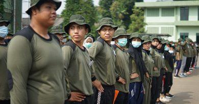 Peserta melakukan latihan baris berbaris dalam kegiatan PKKM pada Sabtu (7/11)