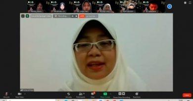 Ustadzah Hj. Nina Khairina, LC. M.A. saat memberikan ceramah dalam peringatan Maulid Nabi Muhammad SAW 1442 H pada Minggu (15/11) yang diselenggarakan fikes melalui zoom cloud meeting