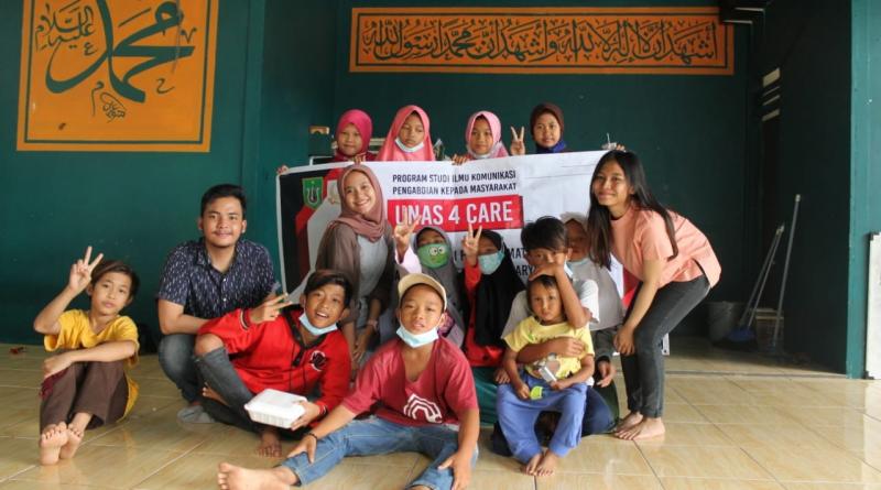 Foto bersama mahasiswa ilmu komunikasi unas dengan siswa/siswi sekolah master depok di sela sela kegiatan PKM
