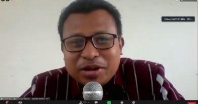 Kepala Desa Tebara, Marthen Ragowino Bira, S.S. sedang memberikan materinya dalam seminar online.