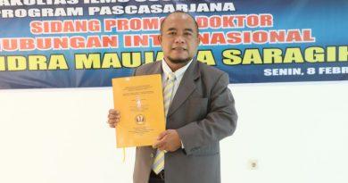 Dr. Hendra Maujana Saragih, S.I.P., M.Si. setelah di nyatakan lulus dengan predikat sangat memuaskan