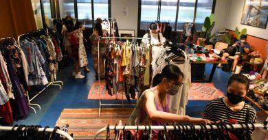 Pengunjung memilah pakaian di toko swap clothing di Singapura. (AFP) Pengunjung memilah pakaian di toko swap clothing di Singapura Sumber: https://mediaindonesia.com/weekend/384707/masyarakat-singapura-mulai-menyukai-fesyen-ramah-lingkungan