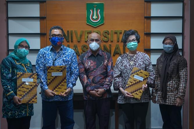 Foto bersama Rektor UNAS, Dr. El Amry Bermawi Putra, MA. (tengah) bersama anggota konsorsium Publikasi Ilmiah Bidang Ilmu Sosial