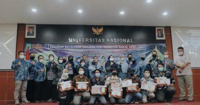 Foto bersama dosen dan para lulusan pada Yudisium semester ganjil 2020/2021