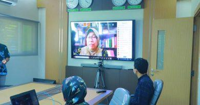 Prof. Dr. Ernawati Sinaga, MS.Apt saat memberikan kata sambutan dalam kegiatan Workshop Partisipatif Studi Evaluasi Proyek HBCC (Hygiene Behavior Change Coalition) di Indonesia yang diselenggarakan oleh PPI Unas pada hari Kamis, 15 April 2021