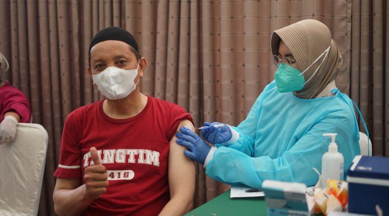 Proses pemberian vaksin kepada Masyarakat di Universitas Nasional pada Selasa, 24 Agustus 2021