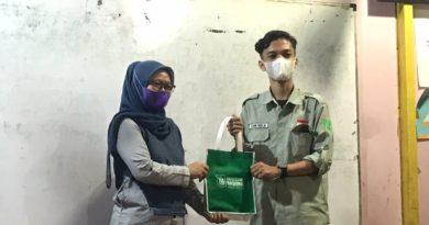 Pemberian cinderamata oleh mahasiswa Himajem kepada kepala sekolah SAAJA